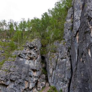 Урочище Че-Чкыш — Выше водопада в скалах живописные трещины и гроты